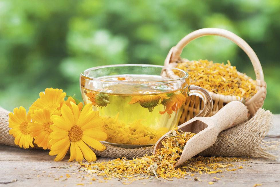 Vyzkoušet můžete i čaj z měsíčku. Tato bylinka také zklidňuje nervovou soustavu a navíc ulehčuje trávení a používá se i na játra a žlučník.  Takže vám pomůže i v případě, když uděláte nějakou tu dietní chybu.
