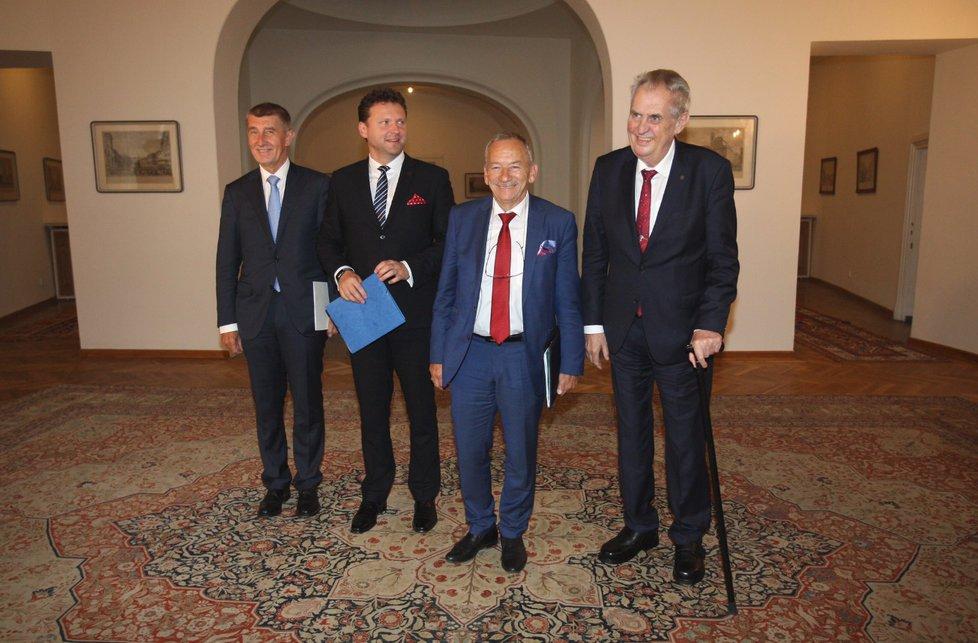 Na Pražském hradě se konala další schůzka k zahraniční politice. Účastnili se jí prezident Miloš Zeman, předseda Senátu Jaroslav Kubera (ODS), předseda Sněmovny Radek Vondráček (ANO) a předseda vlády Andrej Babiš (ANO). (22.5 2019)