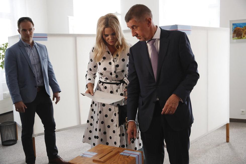 Andrej Babiš odvolil ve volbách do Evropského parlamentu společně s manželkou Monikou tradičně v Průhonicích (24. 5. 2019).