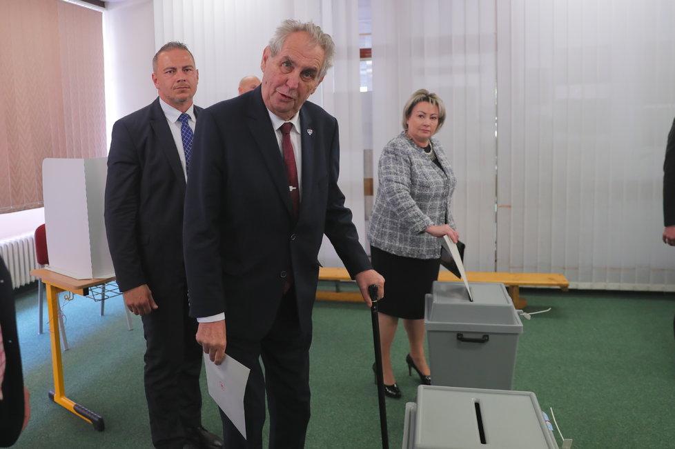 Prezident Miloš Zeman volil v eurovolbách společně s manželkou Ivanou (24.5.2019)