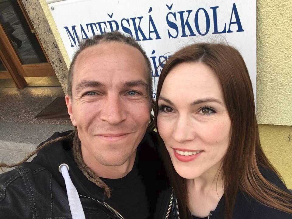 Šéf Pirátů Ivan Bartoš přidal v průběhu eurovoleb na síť své volební selfie s manželkou Lydií Frankou
