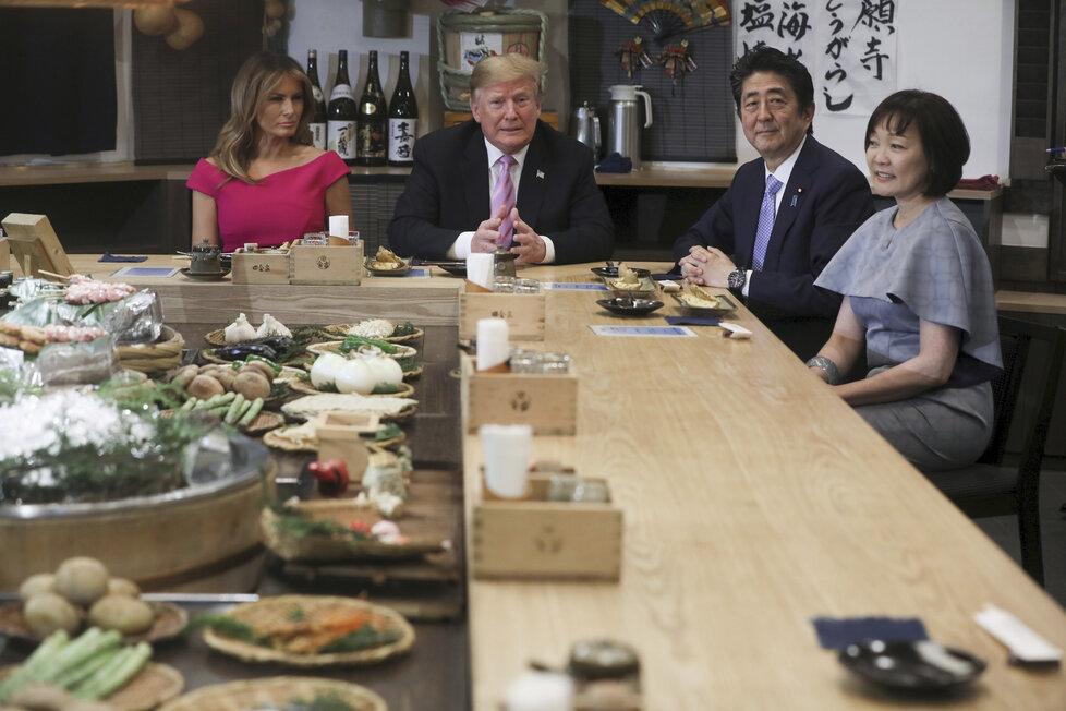 Donald Trump s japonský premiér Šinzó Abe vyrazili s manželkami v Tokiu na oběd (26.5.2019)