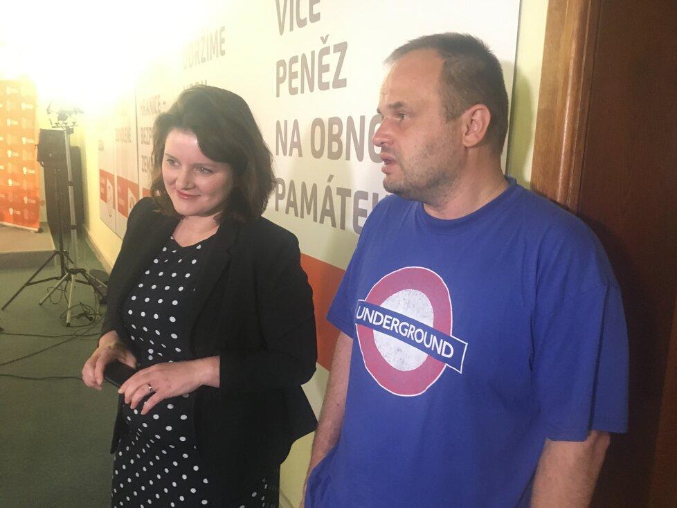 Místopředsedové ČSSD Jana Maláčová a Michal Šmarda jsou během večera v dobré náladě. Šmarda ale připustil, že se sociální demokraté nemusejí získat ve volbách ani křeslo.