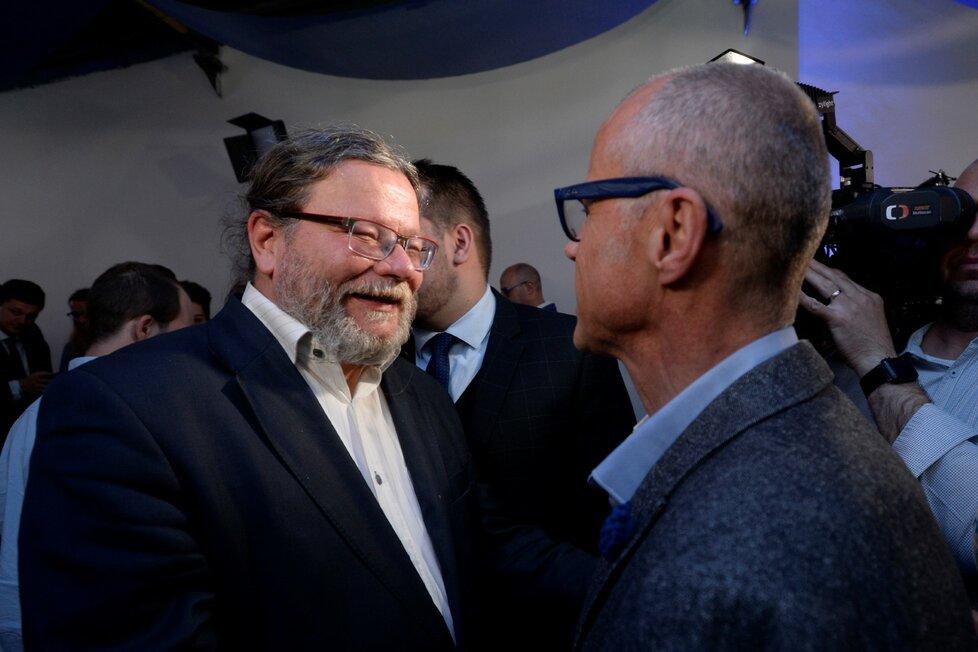 Kandidát ODS Alexandr Vondra (vlevo) se raduje 26. května 2019 v pražském volebním štábu strany po zveřejnění výsledků voleb do Evropského parlamentu.