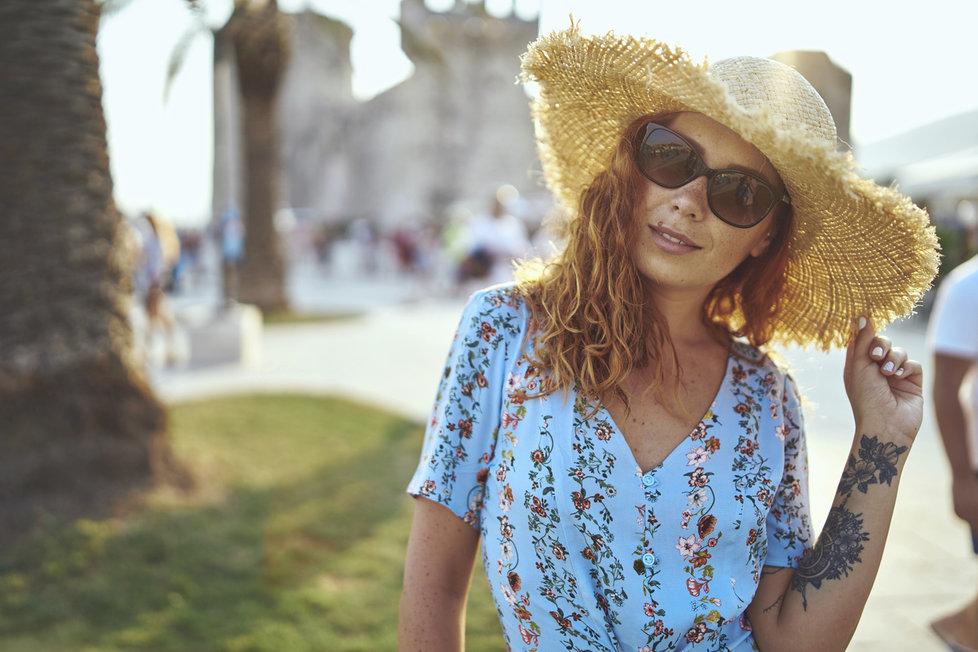 Květované šaty by měly být součástí každého ženského šatníku.