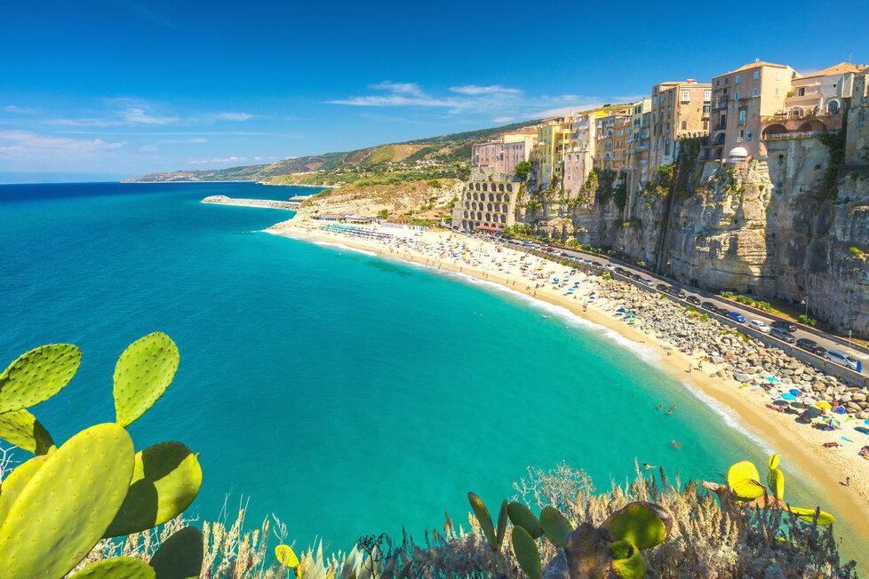 Typická pro Kalábrie jsou města ve skalách na pláži.
