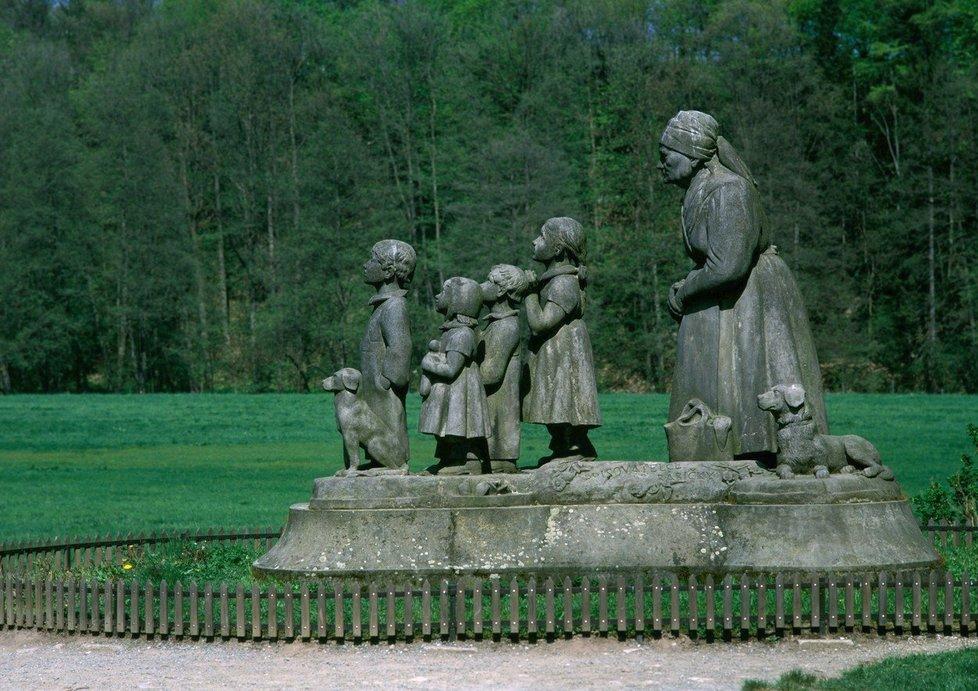 Sousoší babička s dětmi v Babiččině údolí v Ratibořicích.