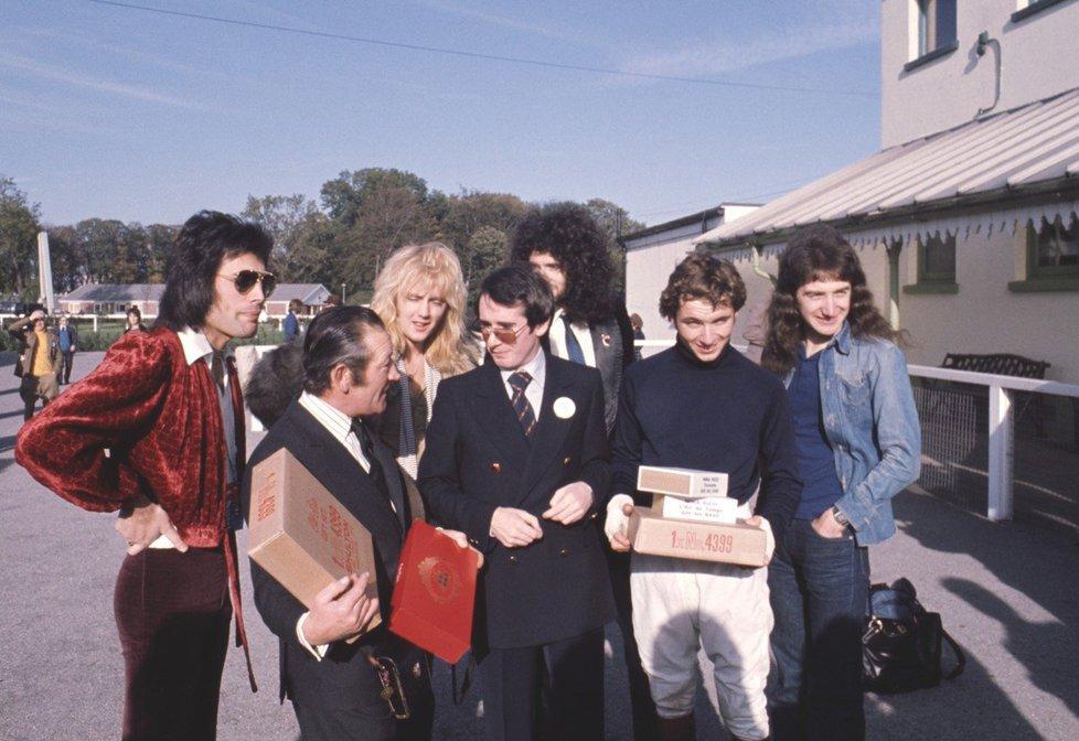 Queen s manažerem Johnem Reidem v říjnu 1976 v britském Kempton Parku
