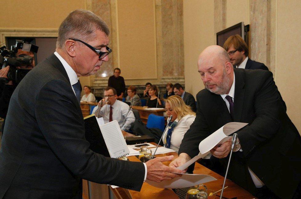 Premiér Andrej Babiš (ANO, vlevo) a ministr zemědělství Miroslav Toman (ČSSD)