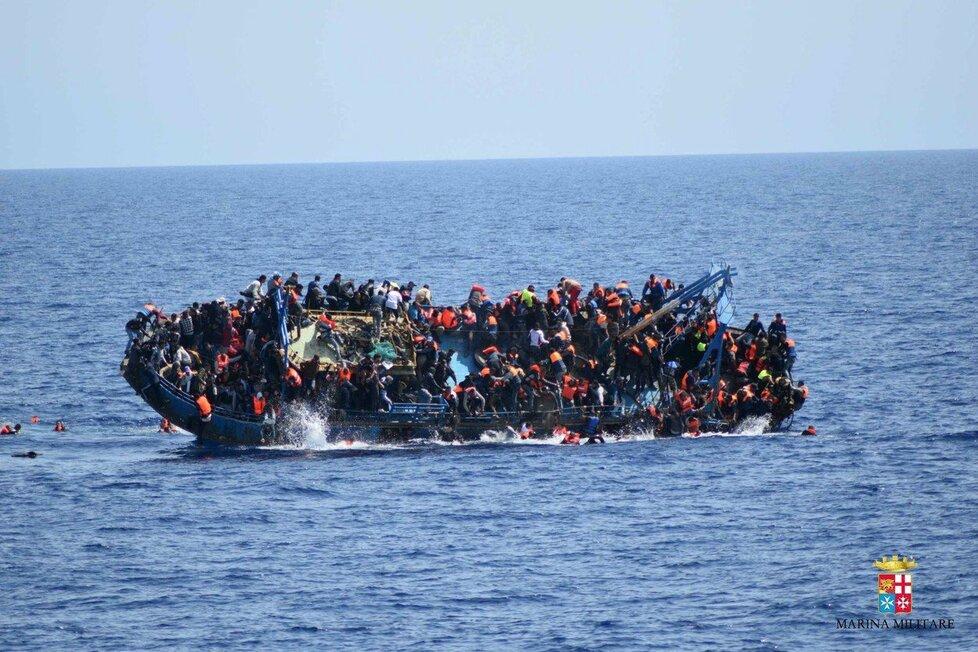 Riziko, že lodě, na kterých se migranti dostávají do Evropy ztroskotají ve Středozemním moři, a běženci zemřou, je teď nejvyšší od začátku migrační krize