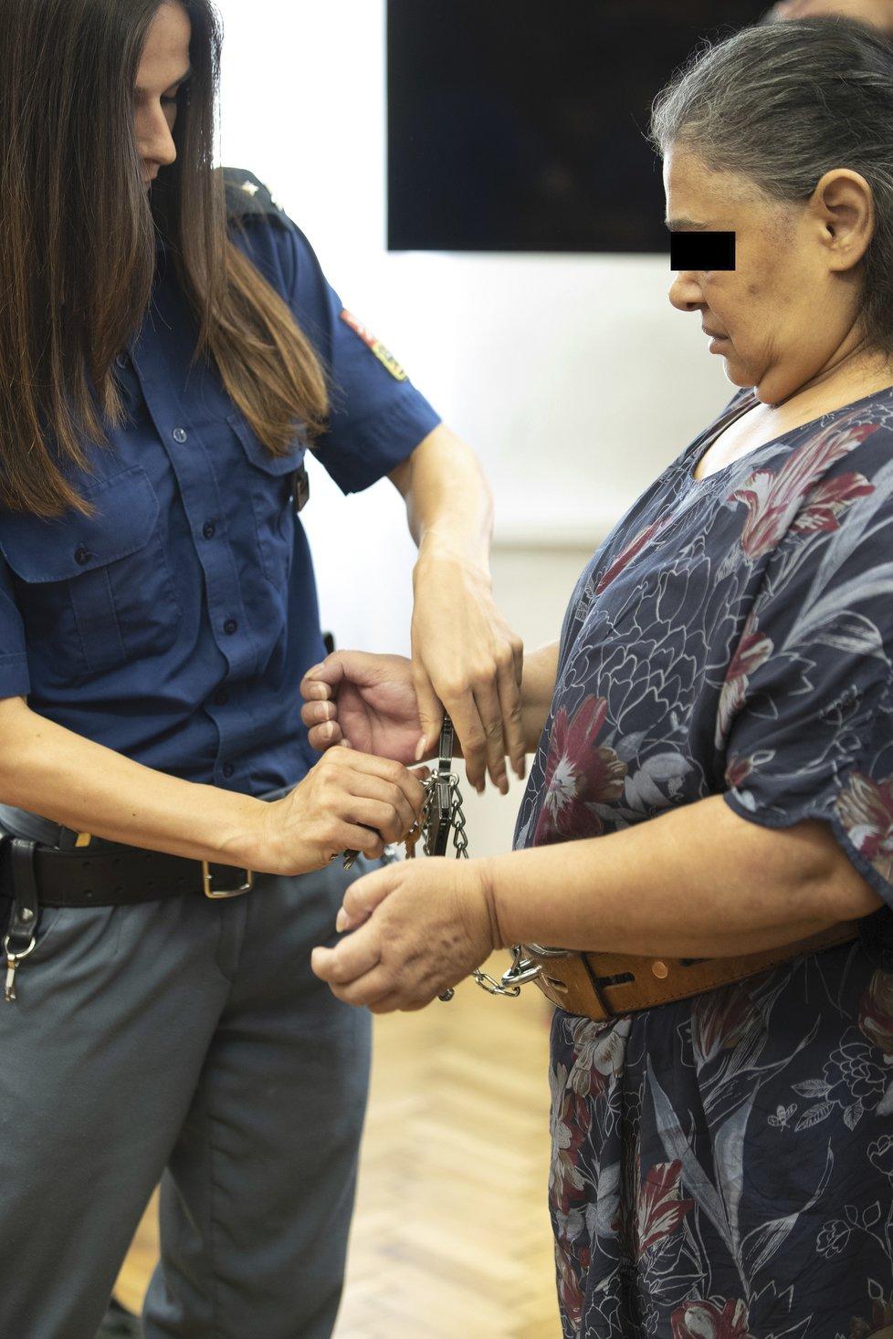 Soňa K. stanula u soudu. Je obžalovaná z brutálního týrání vnučky Valinky a jejího brášky.