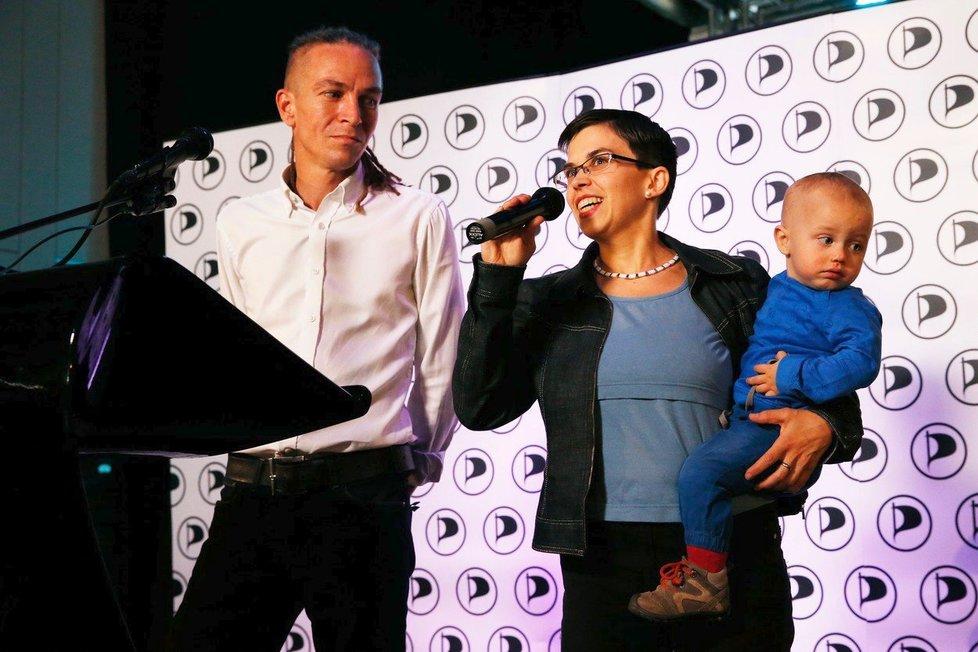 Předseda Pirátů Ivan Bartoš a poslankyně a 1. místopředsedkyně strany Olga Richterová. Richterová se nebála vzít své dítě i na sjezd