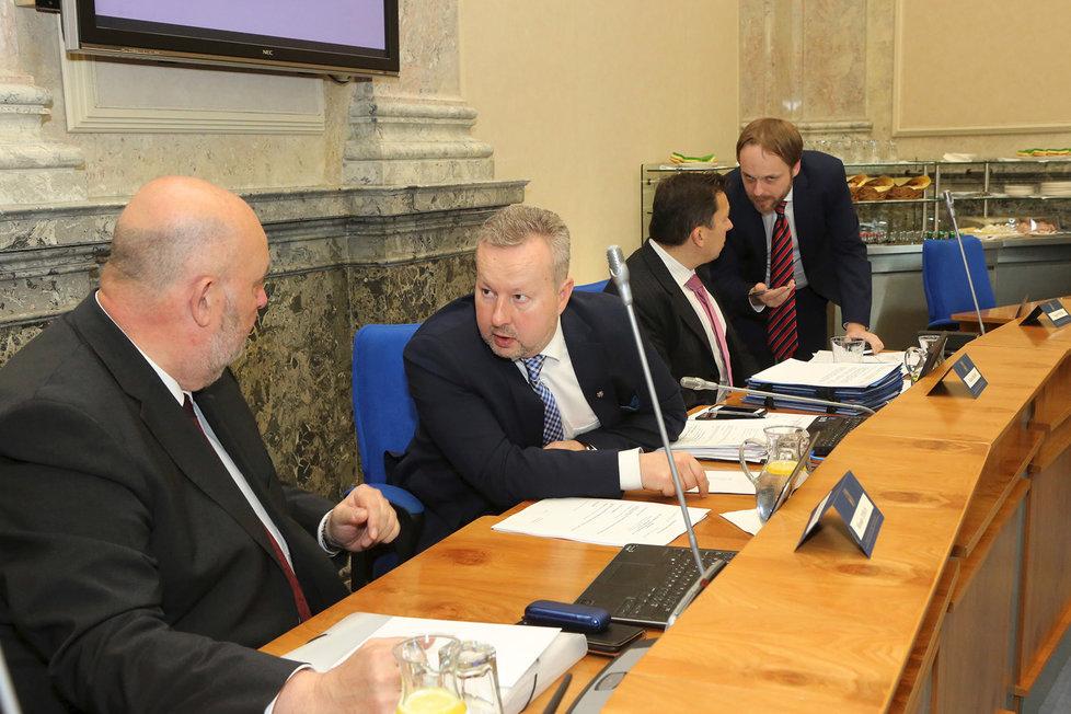 Ministři zemědělství Miroslav Toman a životního prostředí Richard Brabec diskutují před začátkem jednání vlády (6. 5. 2019)