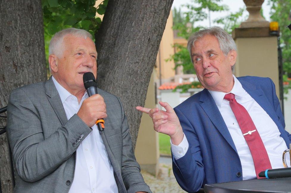 Exprezident Václav Klaus a současná hlava státu Miloš Zeman na oslavě Klausových 78. narozenin (19. 6. 2019)