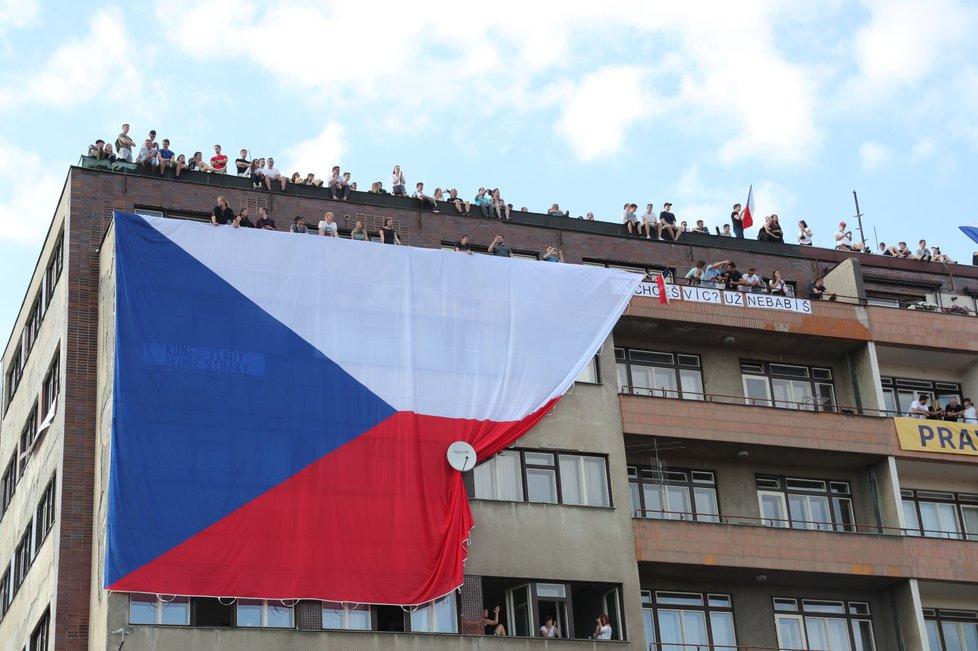 Česká vlajka na nájemním domě Molochov naproti Letenské pláni (23. 6. 2019)