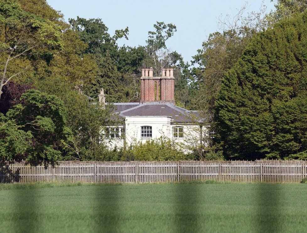 Sídlo Harryho a Meghan ve Frogmore Cottage, kde probíhá nákladná rekonstrukce.