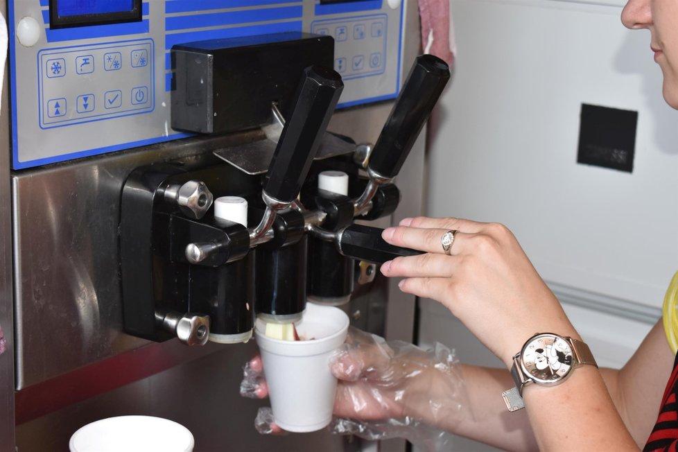 Zmrzlinářka vytočí ve vedrech až 45 litrů zmrzliny.