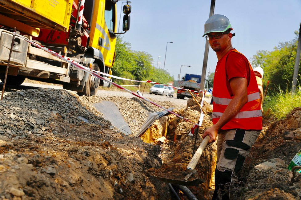 Dělníkům na Vídeňské vedro zpříjemňuje kropicí vůz.