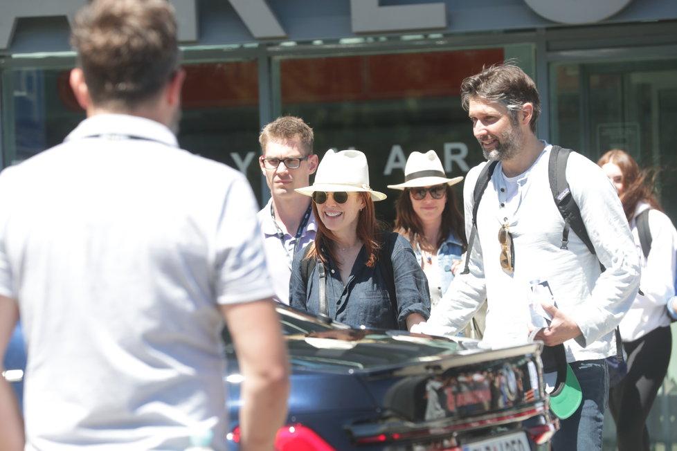 Julianne dorazila v doprovodu svého manžela, režiséra Barta Freundlicha (vpravo)