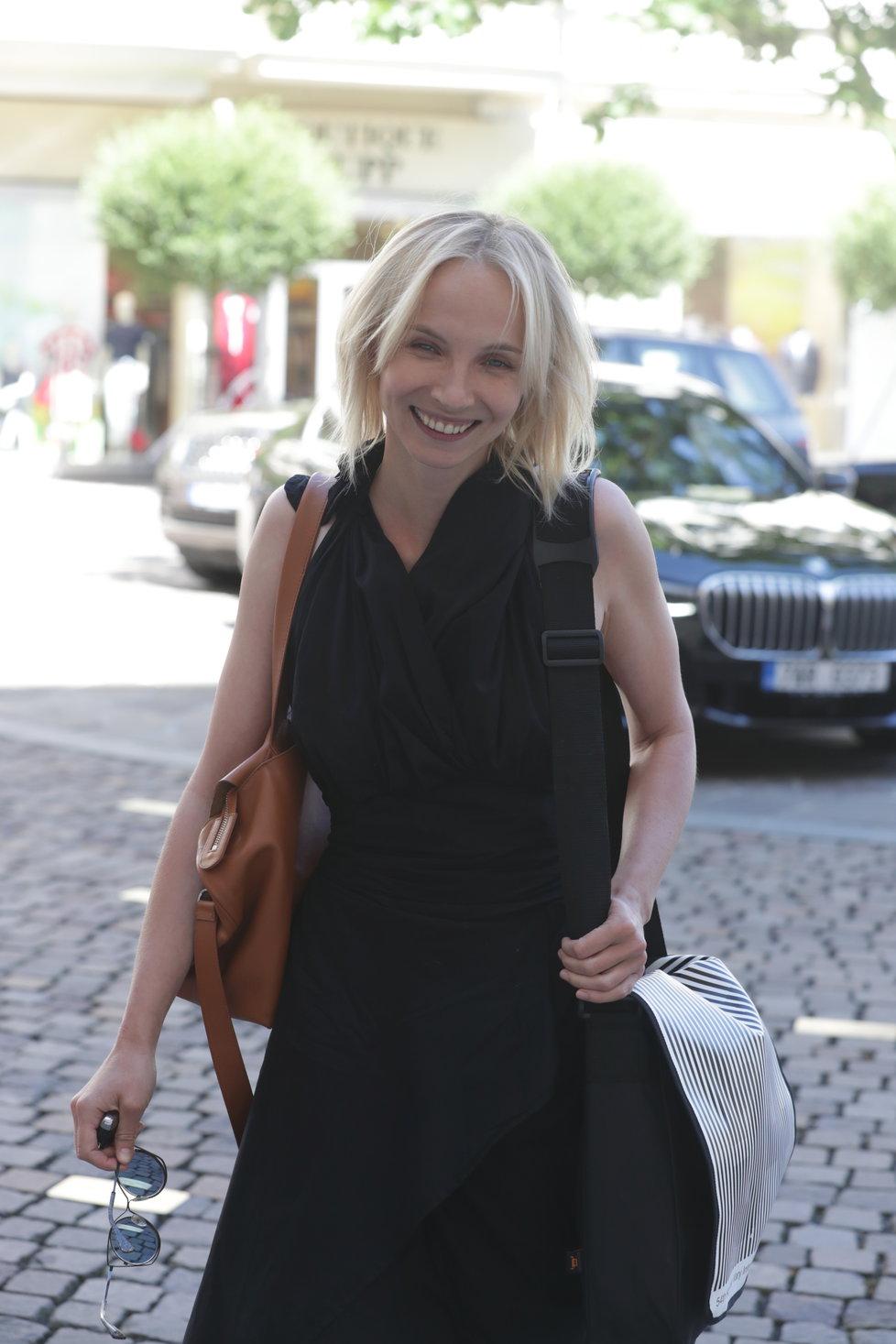 Jana Plodková po příjezdu do Varů rozdávala úsměvy na všechny strany.