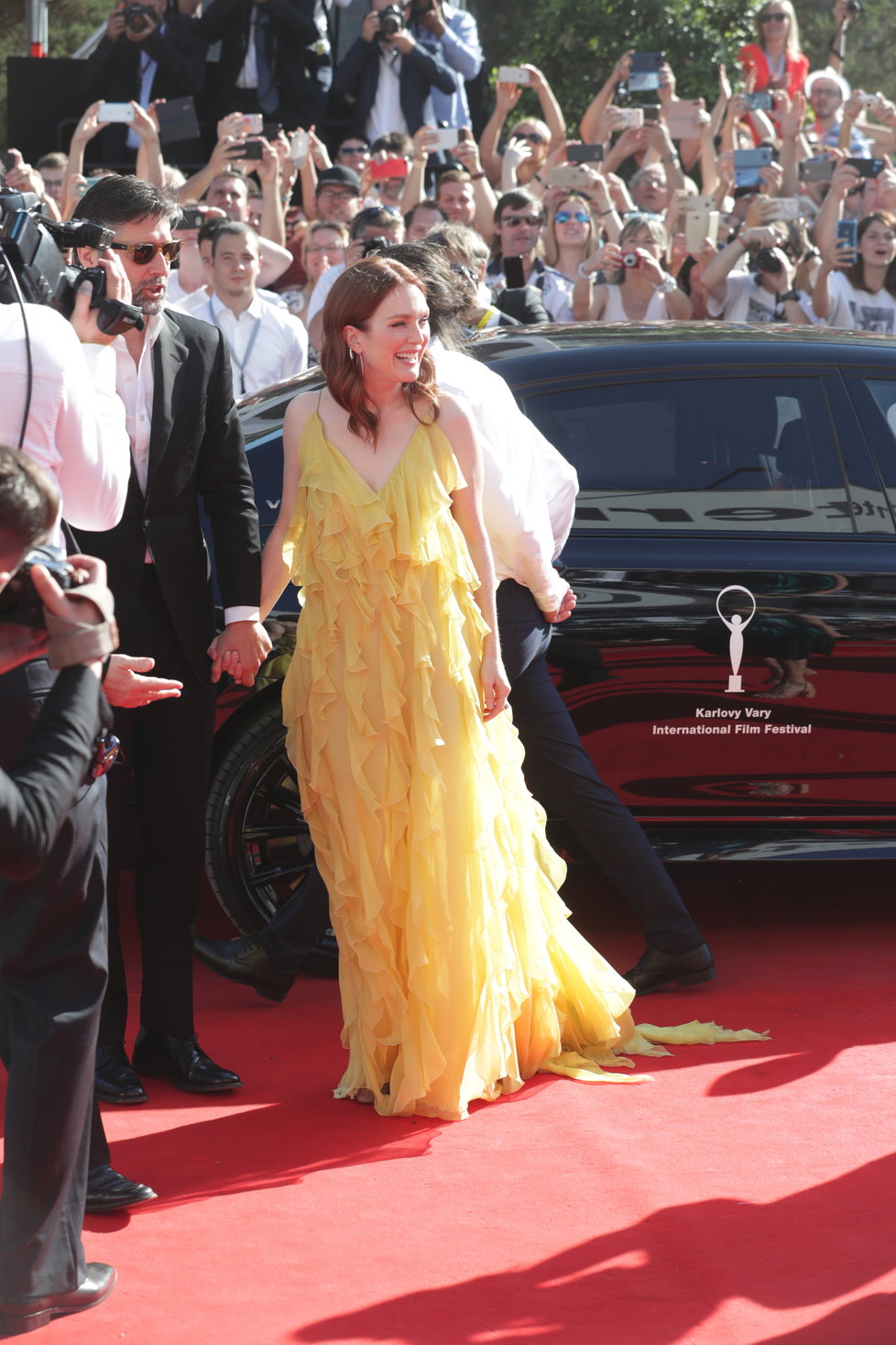 Herečka Julianne Mooreová s manželem Bartem Freundlichem na červeném koberci v Karlových Varech.