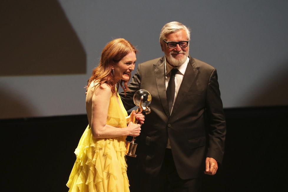 Julianne Moore z rukou prezidenta festivalu Jiřího Bartošky převzala Křišťálový globus