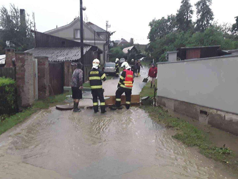 Bouřky způsobily v Olomouckém kraji problémy, hasiči měli přes sto výjezdů, některé domy jsou zaplavené (1. 7. 2019)