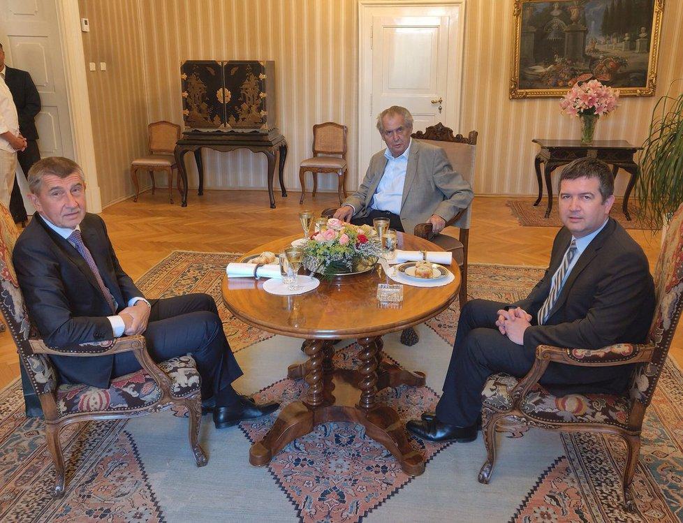 Zleva premiér Andrej Babiš (ANO), prezident Miloš Zeman a vicepremiér Jan Hamáček (ČSSD)