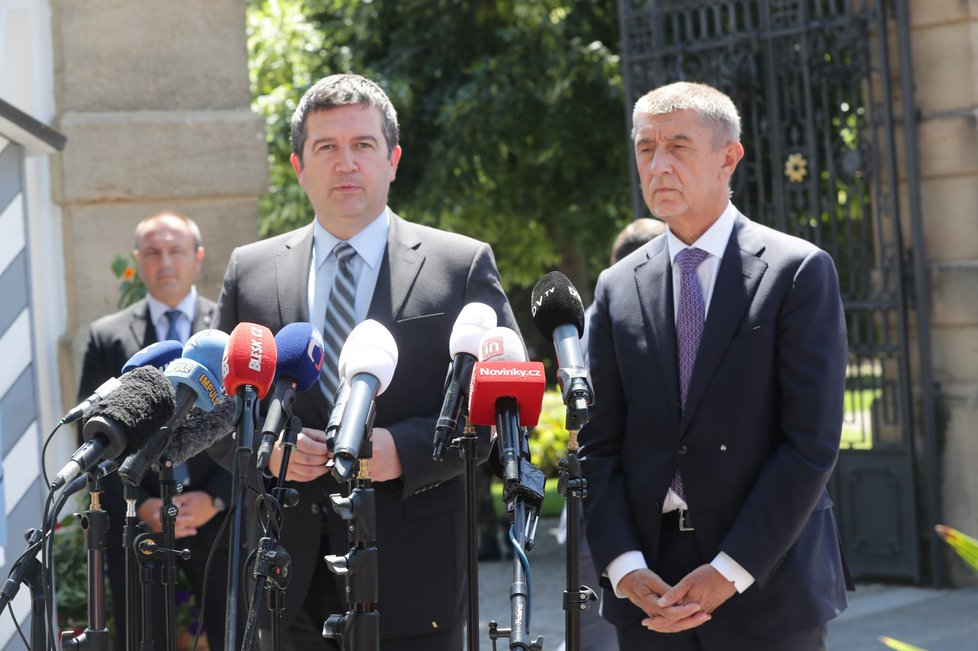 Schůzka v Lánech: Jan Hamáček (ČSSD, vlevo) a Andrej Babiš (ANO, 4. 7. 2019)
