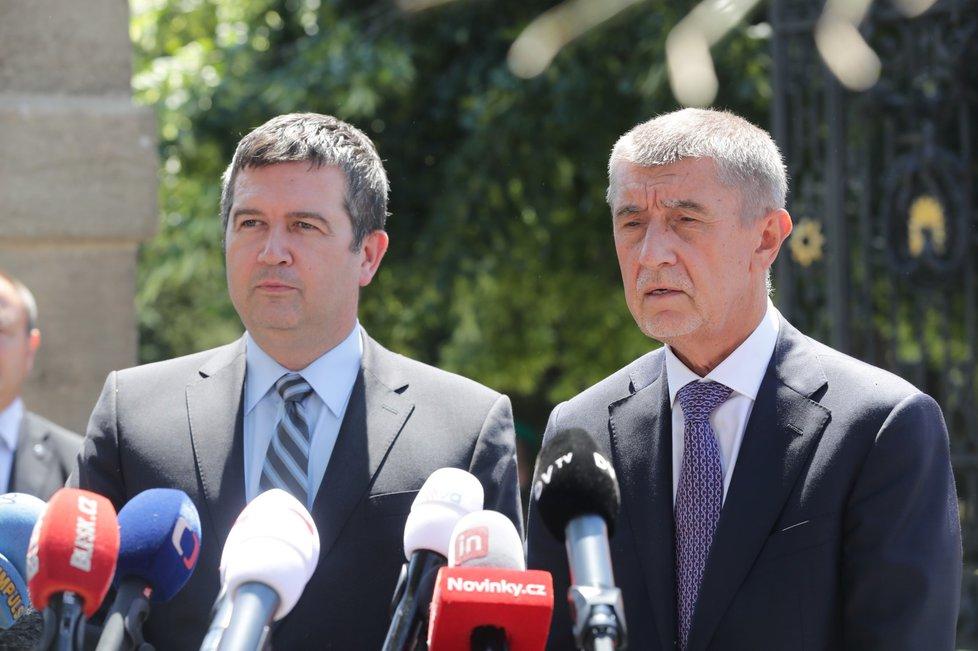 Předseda ČSSD Jan Hamáček a premiér Andrej Babiš (ANO) na tiskové konferenci poté, co skončilo jednání o ústavní krizi (4. 7. 2019).