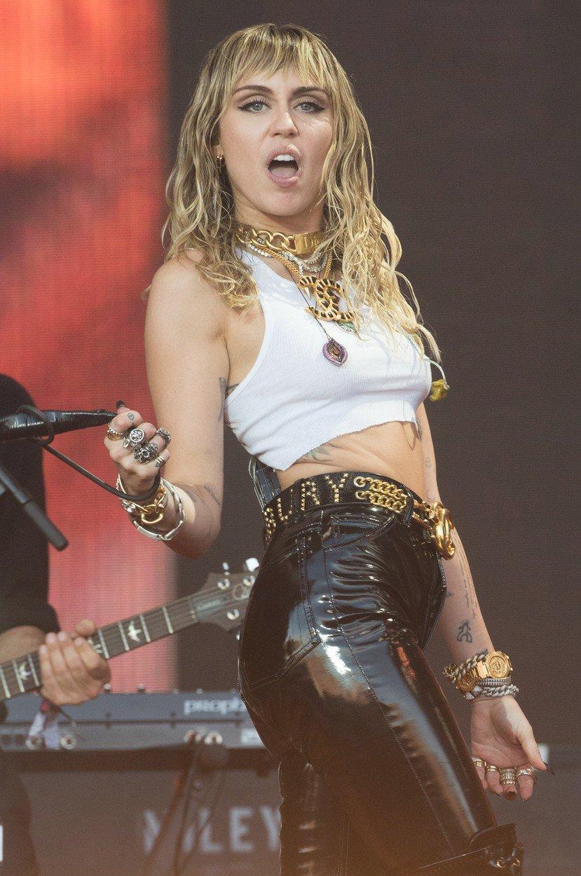 Miley Cyrus a její grimasy