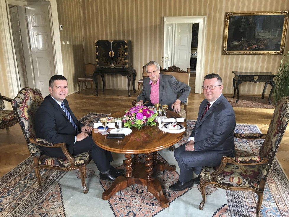 Prezident Miloš Zeman (uprostřed) přijal v Lánech šéfa ČSSD Jana Hamáčka a ministra kultury Antonína Staňka. (12. 7. 2019)