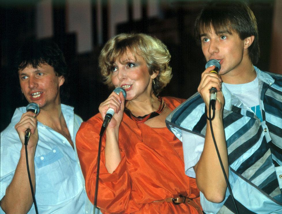 Od roku 1980 vystupovala s »pěveckým křovím«, tedy se Standou Hložkem (vlevo) a Petrem Kotvaldem.