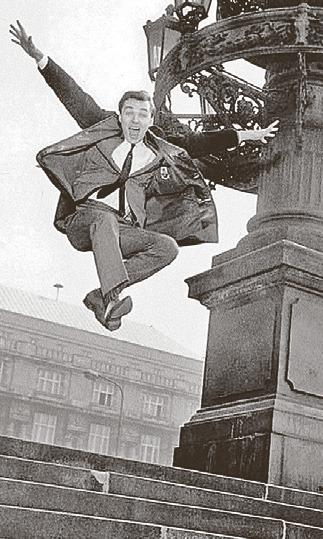 1965: Skok před Rudolfinem. Slavná fotka Stanislava Tereby.