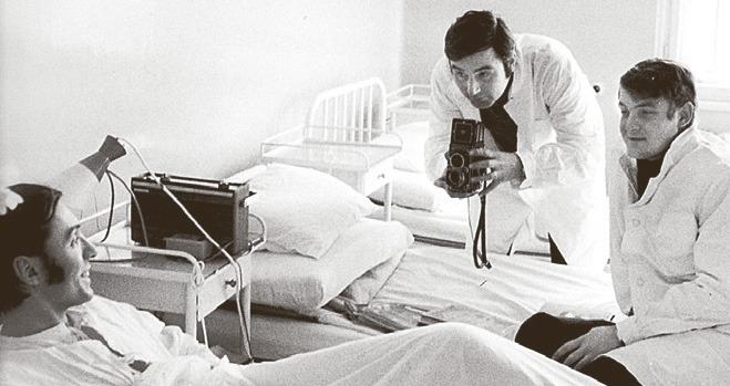 1969: Karel na Bulovce, podezření na žloutenku se naštěstí nepotvrdilo. Fotograf Stanislav Tereba a Láďa Štaidl se k němu raději nepřibližují.