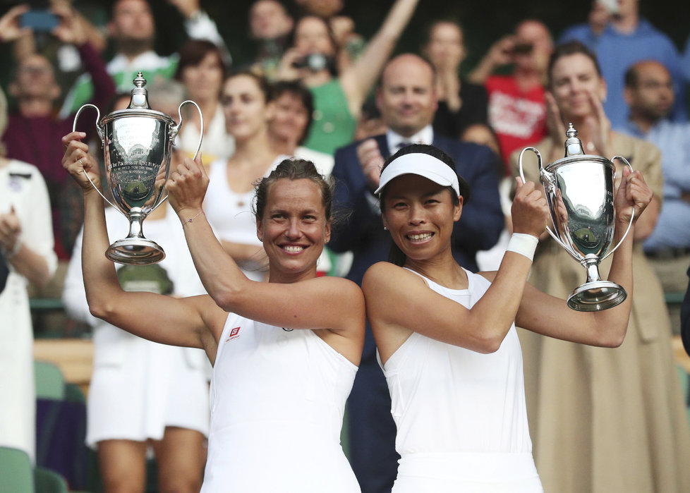 Barbora Strýcová poprvé vyhrála čtyřhru na grandslamu. Po finále Wimbledonu dostaly s tchajwanskou partnerkou Sie Šu-wej trofeje pro šampionky.