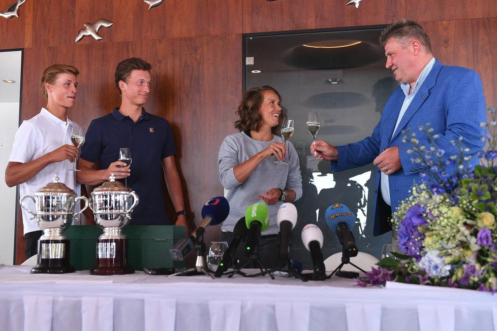 Barbora Strýcová si připíjí s šéfem tenisového svazu Kaderkou, vlevo vítězové juniorské čtyřhry Jiří Lehečka a Jonáš Forejtek