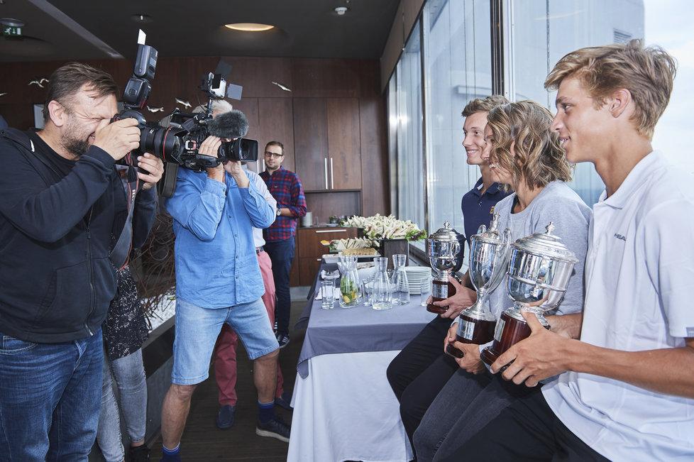 Jonáš Forejtek, Barbora Strýcová a Jiří Lehečka pózují novinářům v Žižkovské věži s poháry pro vítěze wimbledonské čtyřhry