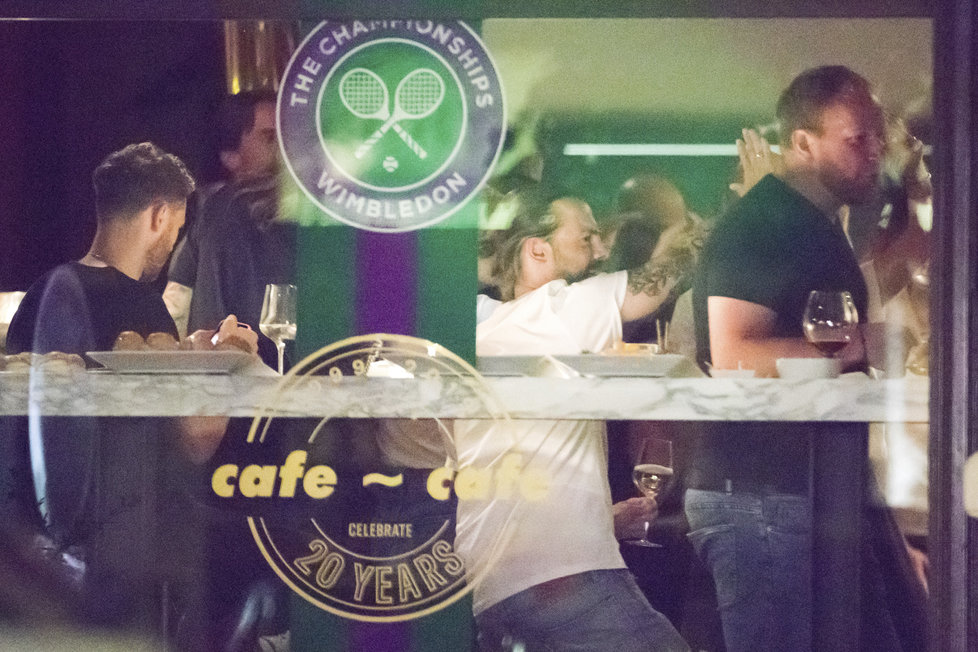 Přítel tenistky Barbory Strýcové Petr Matějček se na wimbledonské oslavě svojí milé bavil náramně