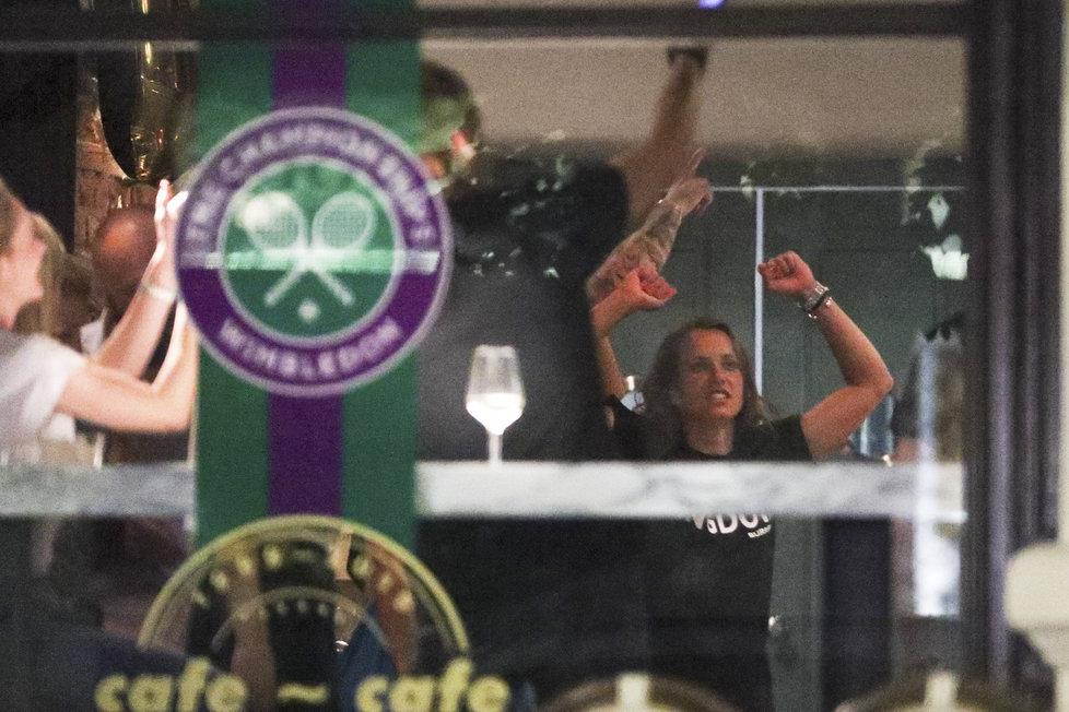 Tanec, alkohol i striptýz, Barbora Strýcová divoce oslavila svůj wimbledonský úspěch