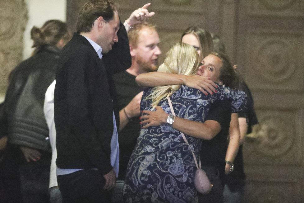 Barbora Strýcová v divokém objetí s plzeňskou krajankou Andreou Sestini-Hlaváčkovou