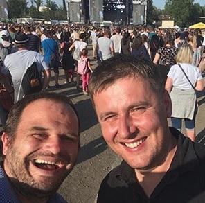 Vysmátý pozdrav z Colours: Na festivalu se potkali místopředsedové ČSSD Šmarda a Petříček