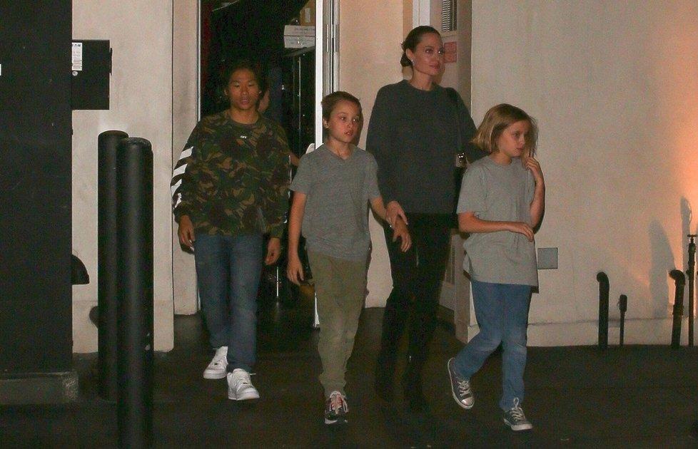 Angelina Jolie s dvojčaty Knoxem, Vivienne, a synem Paxem