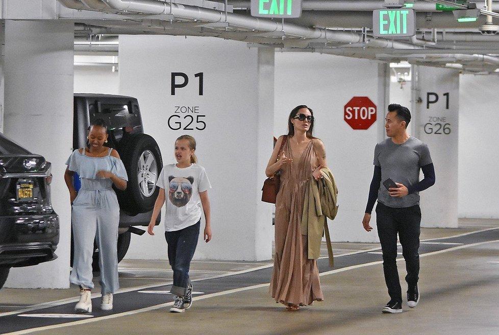 Angelina Jolie s Vivienne a Zaharou na nákupech