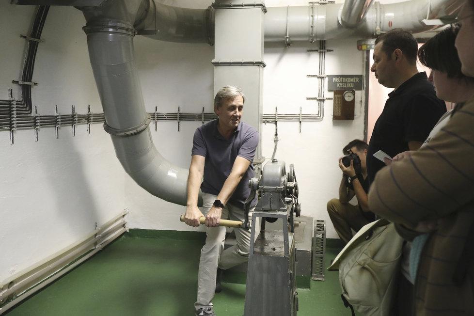 V této místnosti se nachází filtrační zařízení, které napomáhá udržovat čistý vzduch v celém objektu. Kdyby náhodou došlo k výpadku elektřiny, lze jej cirkulovat i ručně.