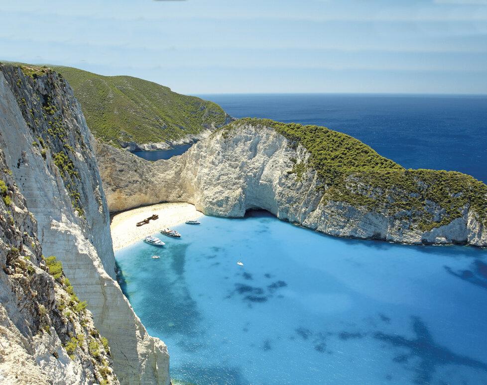 Pláž Navagio s vrakem pašerácké lodi u ostrova Zakynthos patří k nejkrásnějším i nejfotografovanějším místům v celém Řecku.
