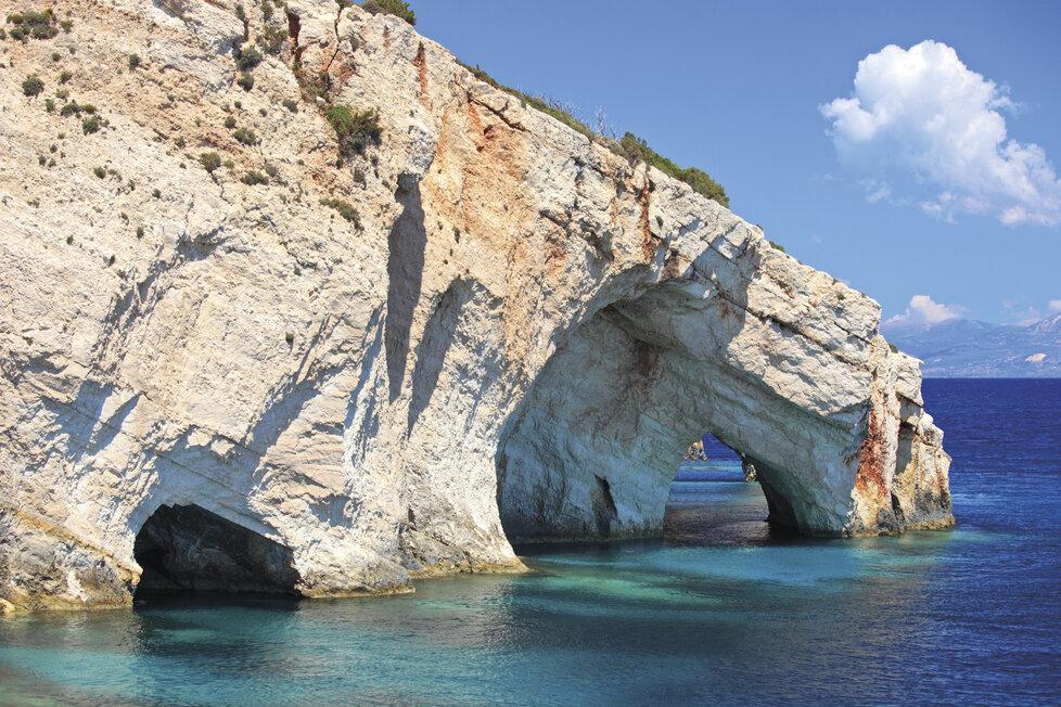 Modré jeskyně za svůj název vděčí až nebeské barvě zdejšího Jónského moře.
