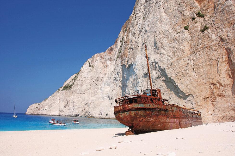 Na luxusní pláži Navagio ztroskotaná loď skrývala pašerácký kontraband.