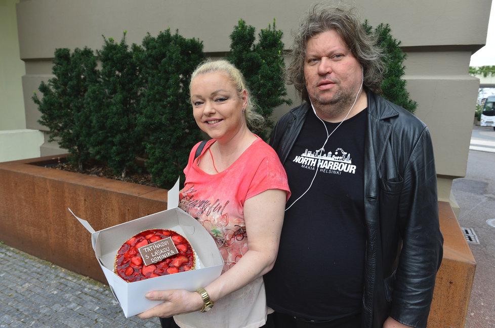 Dominika přišla popřát tátovi k 80. narozeninám i s manželem Timem a krásným dortem.