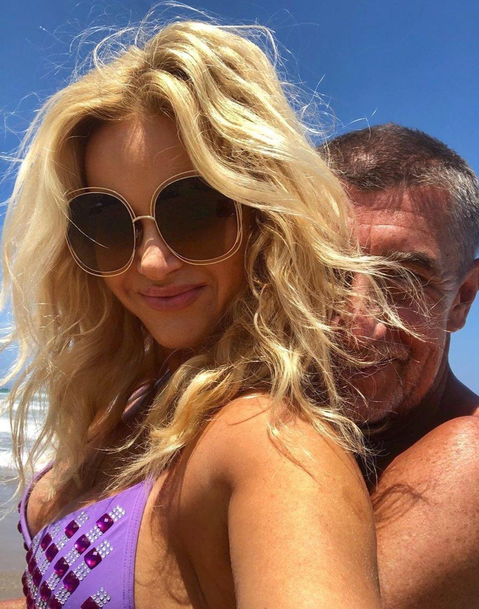 Premiér Andrej Babiš s manželkou Monikou relaxují na Krétě.